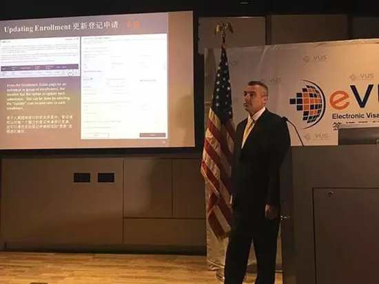 美国政府雇员在演示EVUS系统的操作流程